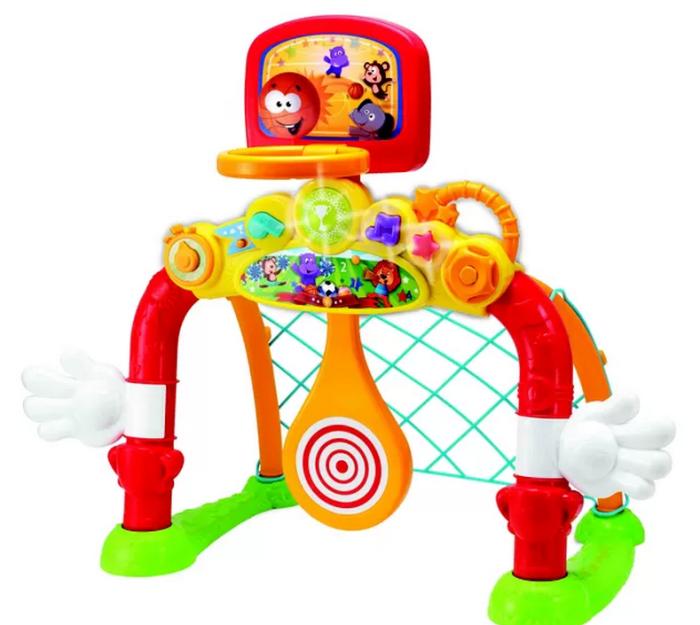 O Pequeno Esportista, da Dican, incentiva a criança a partir de 18 meses a se movimentar. Tem trave, cesta de basquete e raquete. Como é leve, dá para levar onde quiser. R$ 299,90.