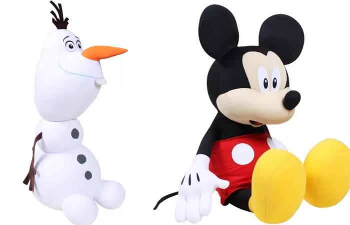 Olaf e Mickey agora fazem parte da linha da FOM. Eles são super macios, ideais para abraçar na hora da soneca. Preço não divulgado.